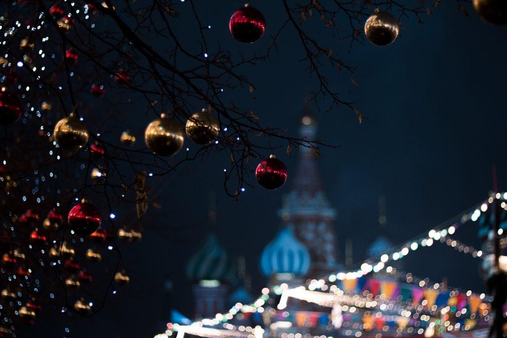 Pareizticīgo baznīca fonā Ziemassvētku dekorācijām