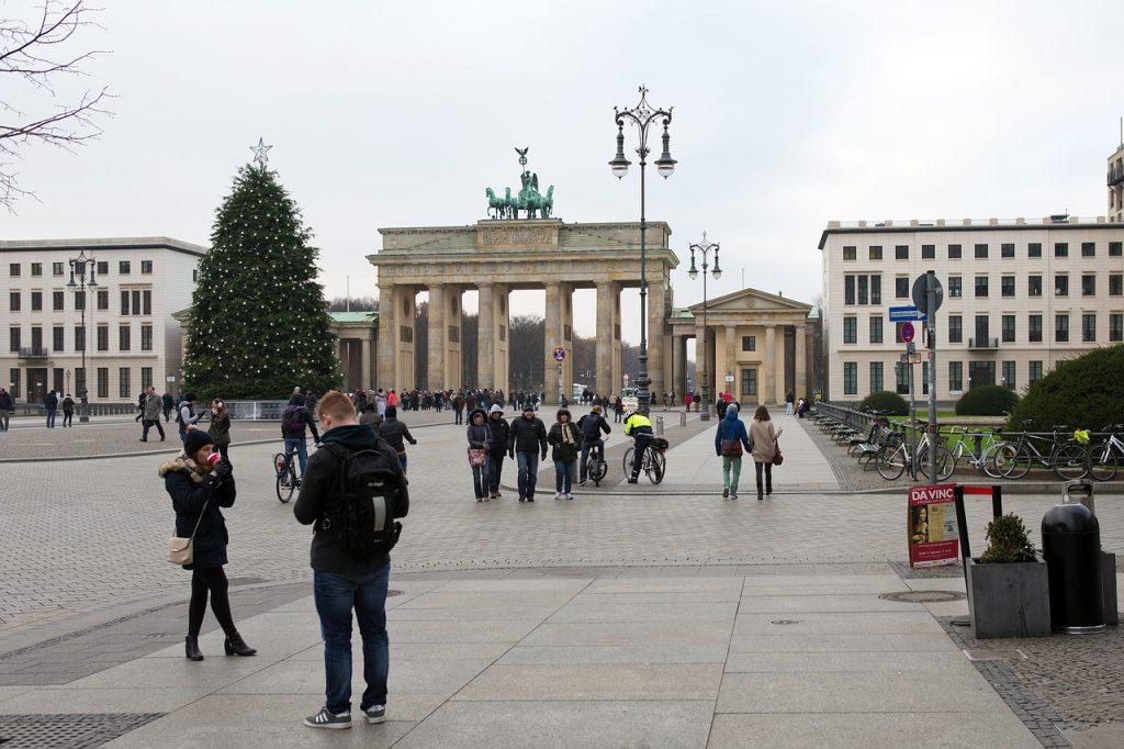 Svētku eglīte Berlīnē pie Brandenburgas vārtiem