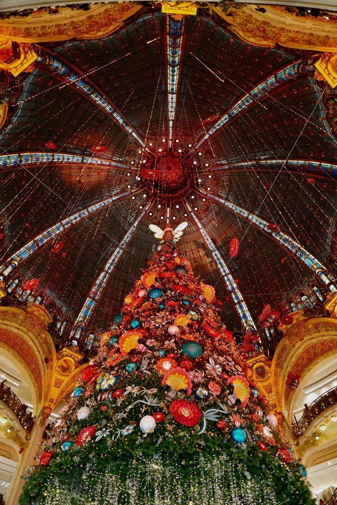 Svētku eglīte Parīzē, lielveikalā Galeries Lafayette