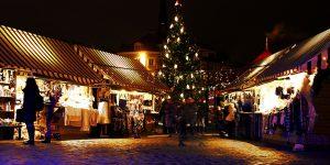Ziemassvētku eglīte ar dekorācijām un lampiņām Doma laukumā, Rīgā. Ziemassvētku tirdziņš.