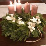 Adventes vainags ar vecrozā svecēm un baltām bumbiņu un aitiņu figūru dekorācijām