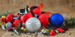 Saplīsušas Ziemassvētku egles bumbas, mājas uzkopšana pēc svētkiem