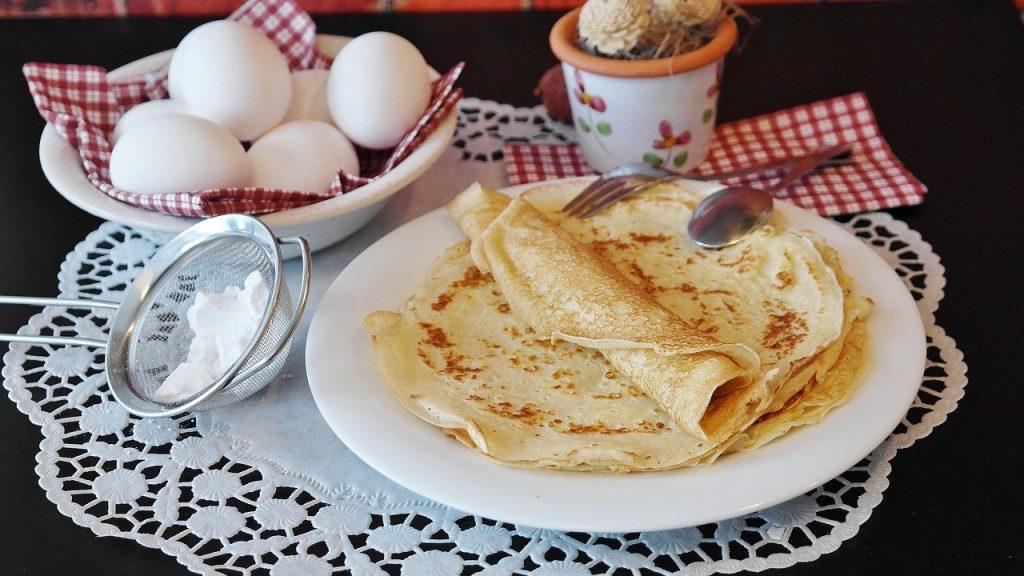 Sveču diena - plānās pankūkas, olas, brokastis