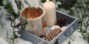 Sveču diena - svece un svečturis ārā sniegā