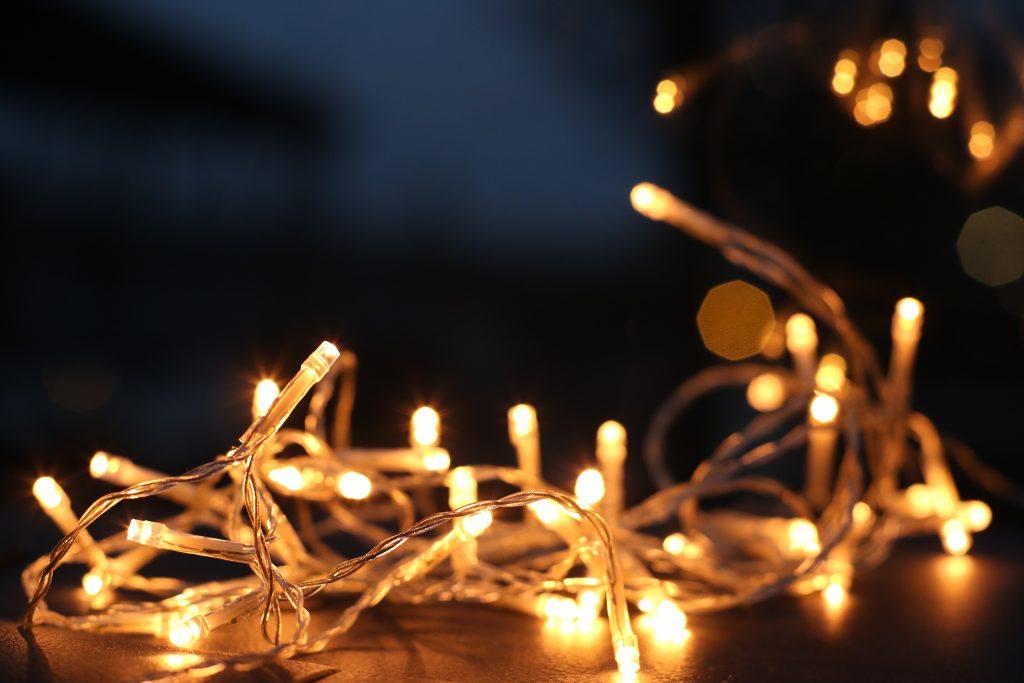 Mājas uzkopšana, sapiņķērējušās Ziemassvētku lampiņas