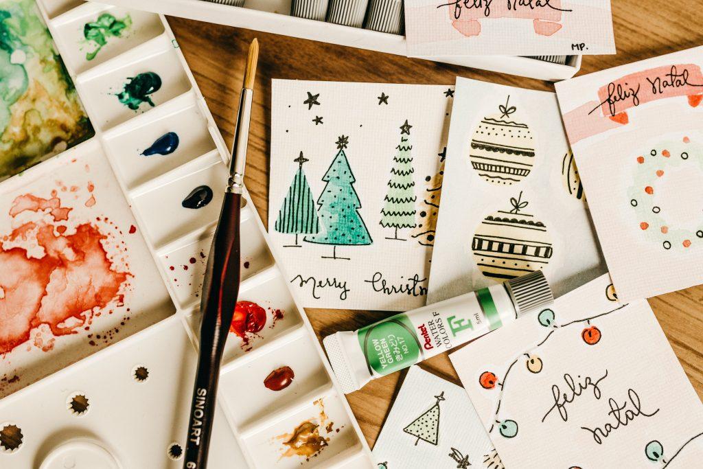 Gatavošanās Ziemassvētkiem rudenī. Ar roku veidotas Ziemassvētku apsveikuma kartītes, otas un krāsas