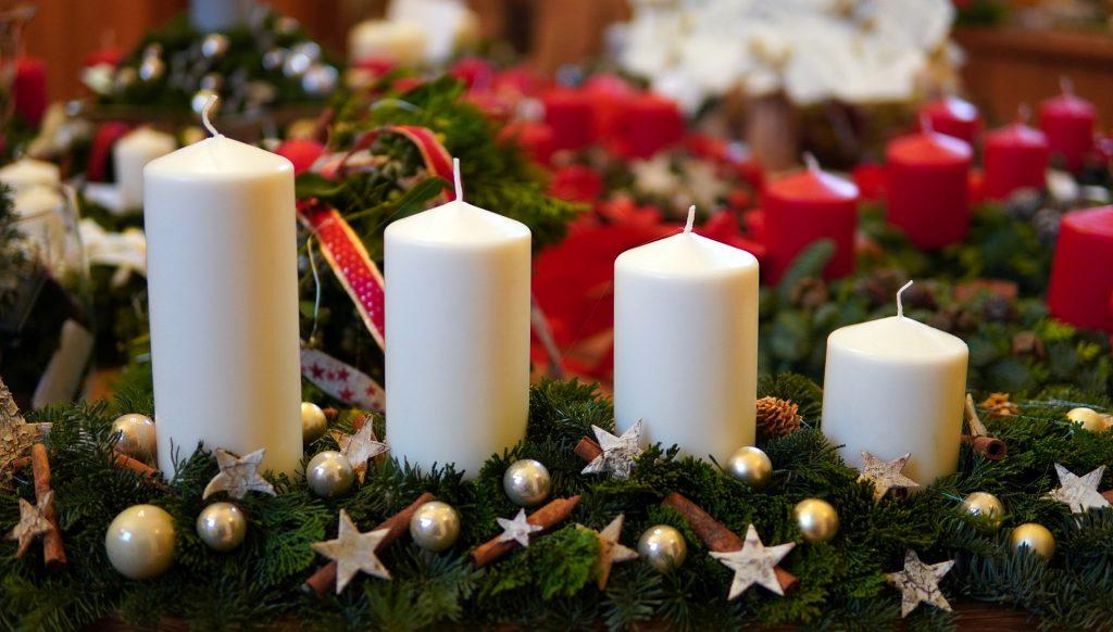 Adventes kompozīcija no egļu zariem ar 4 baltām svecēm un dekorācijām