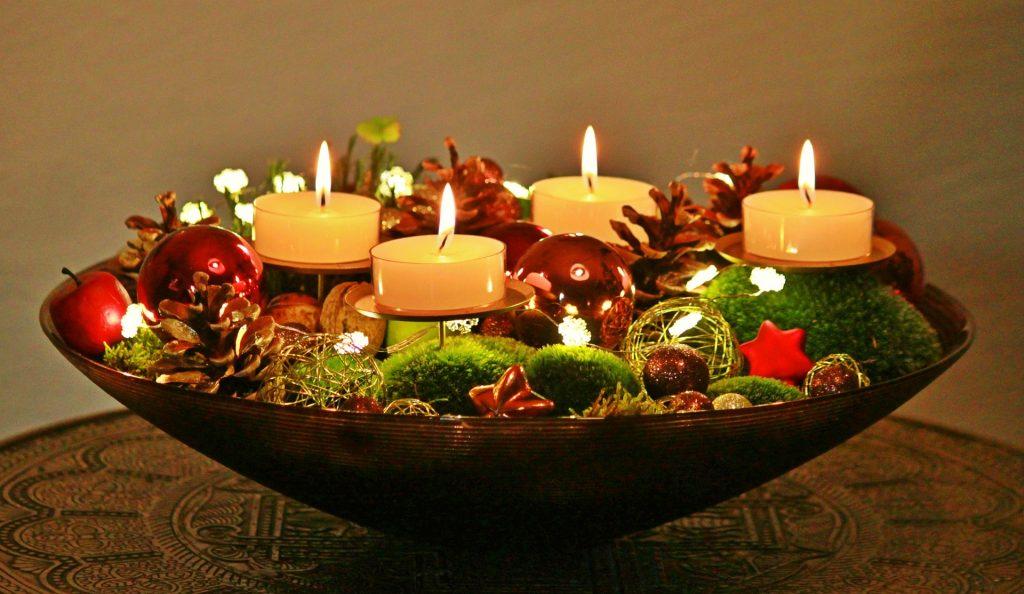 Adventes kompozīcija lielā traukā ar 4 svecēm, sūnām un dekorācijām