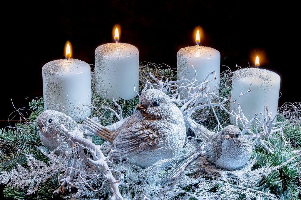 Adventes vainags ar balti sudrabotām svecēm un putniņu figūriņām