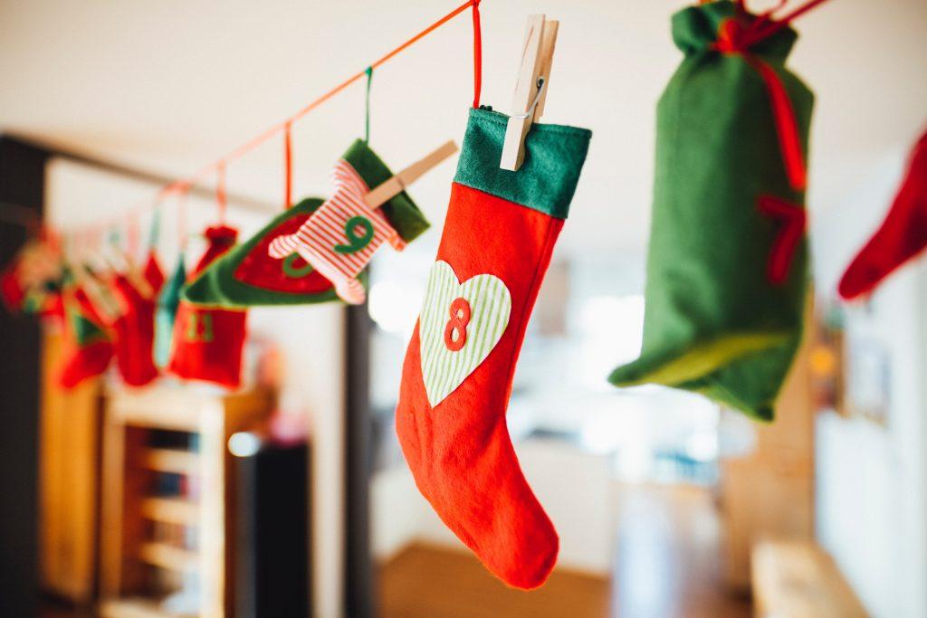 Virtenē sasieti sainīši, zeķes ar dāvanām kā netradicionāls Adventes kalendārs