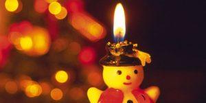 Degoša svece sniegavīra formā